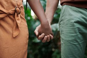 Et par holder hånd